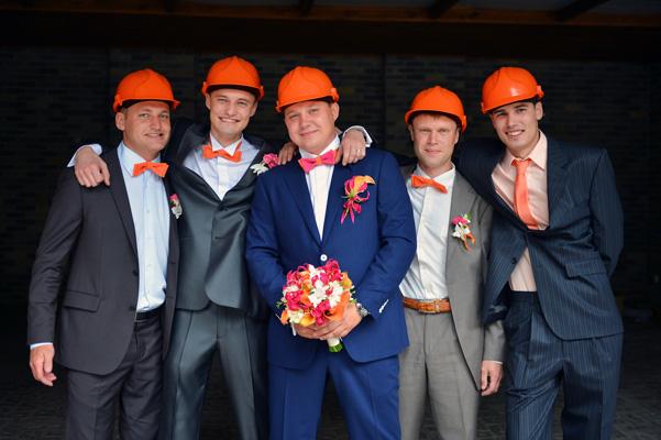 Жених с друзьями на выкупе невесты