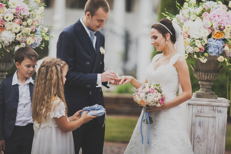 Кто первым надевает кольцо жених