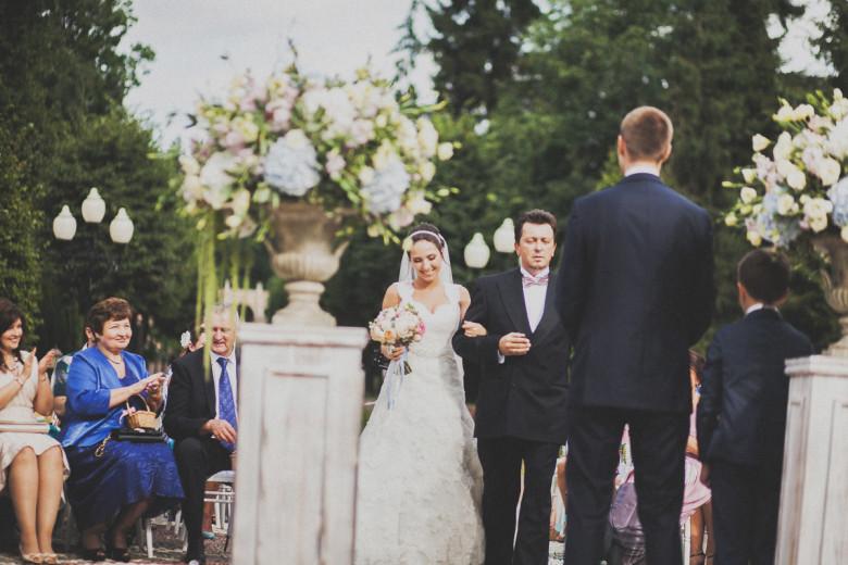 Отец передает невесту жениху