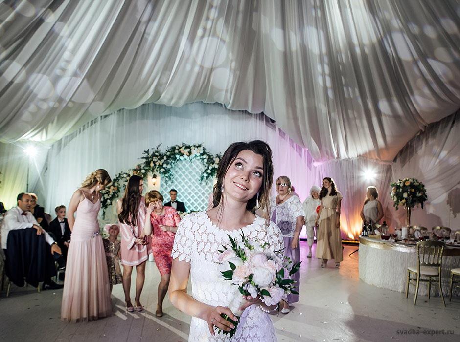 Бросание букета на свадьбе