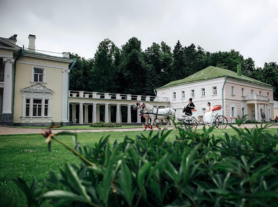Свадебная карета в усадьбе Валуево
