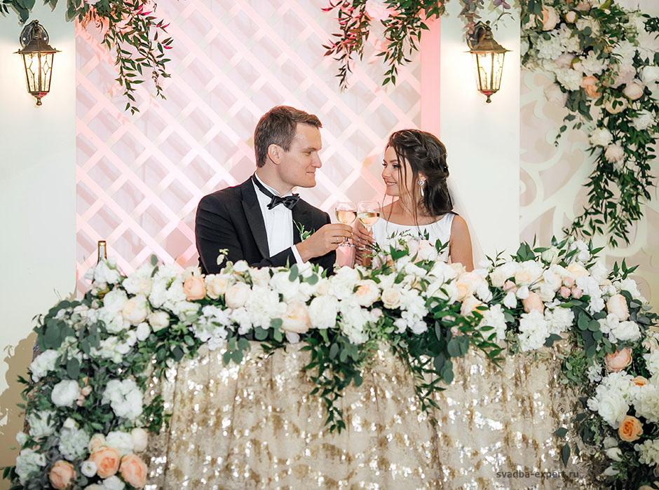 Президиум жениха и невесты в шатре