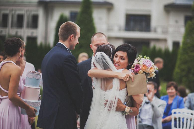 Организация свадьбы:  Дарит подарки молодоженам