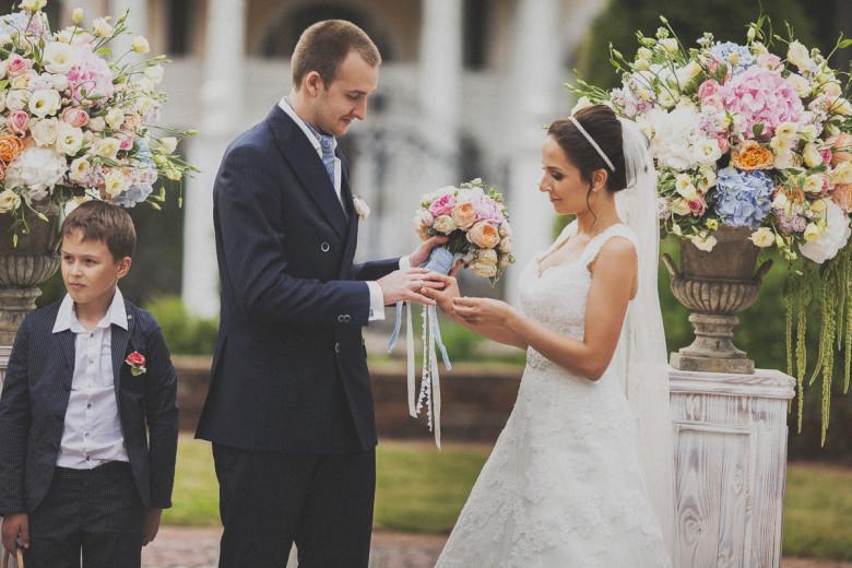 Организация свадьбы:  Невеста надевает кольцо жениху