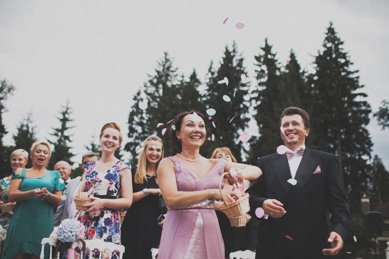 Организация свадьбы:  Осыпание молодоженов лепестками