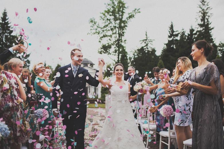 Организация свадьбы:  Разноцветные лепестки для осыпания