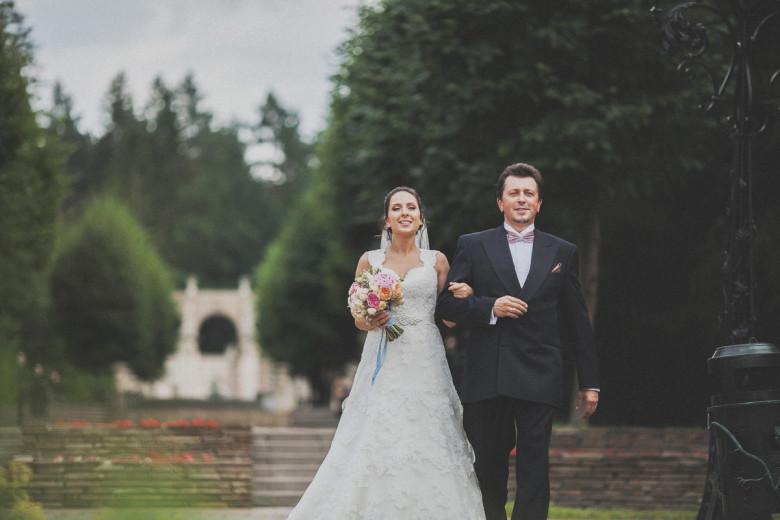 Организация свадьбы:  Выход невесты на выездной регистрации